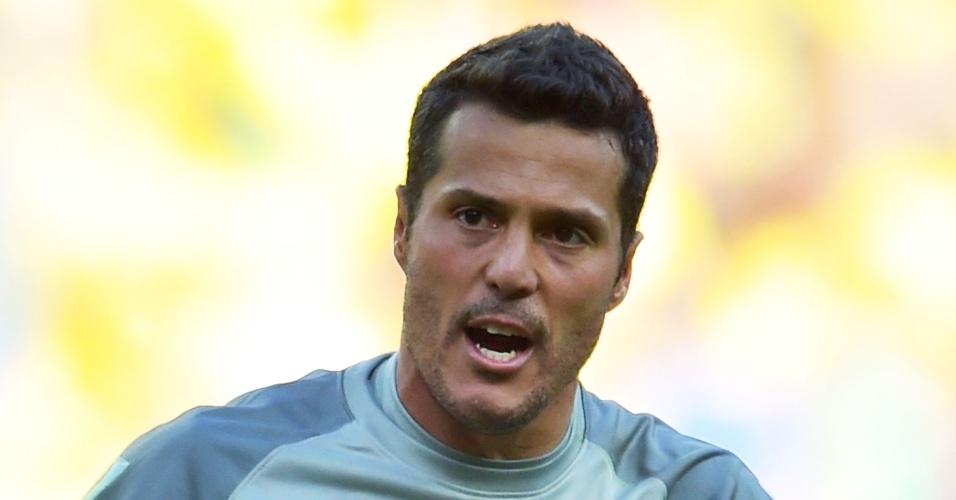 25.jun.2014 - Goleiro Júlio César era questionado antes do jogo deste sábado. Ele pegou dois pênaltis