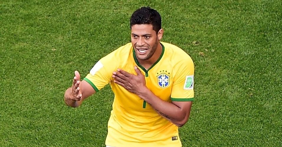 25.jun.2014 - Hulk reclama com o juiz após fazer um gol e ele ser anulado. O joagador ainda levou cartão amarelo