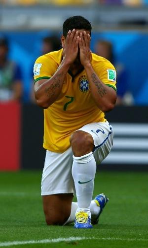 25.jun.2014 - Hulk se lamenta durante a partida - ele teve boas oportunidades, mas não fez gol