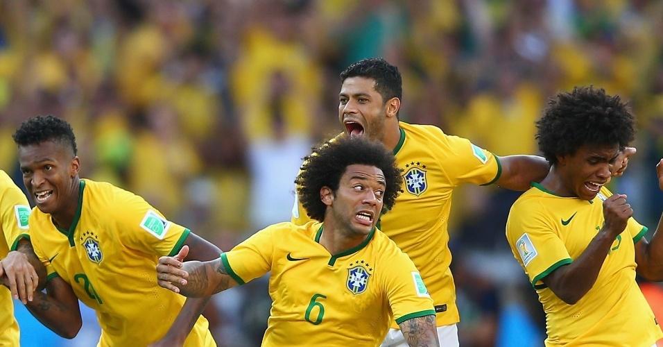 25.jun.2014 - Jogadores brasileiros comemoram após vitória nos pênaltis que classificou o Brasil para as quartas