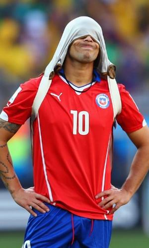 25.jun.2014 - Jorge Valdivia, que estava na reserva, lamenta a eliminação do Chile