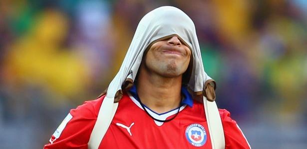Jorge Valdivia, que estava na reserva, lamenta a eliminação do Chile na Copa