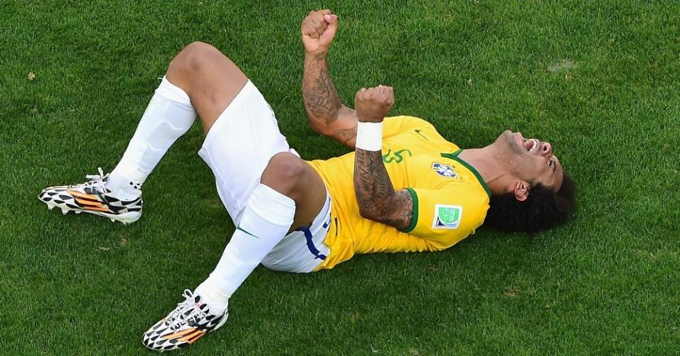 25.jun.2014 - Marcelo vai ao chão e grita durante a celebração da classificação do Brasil