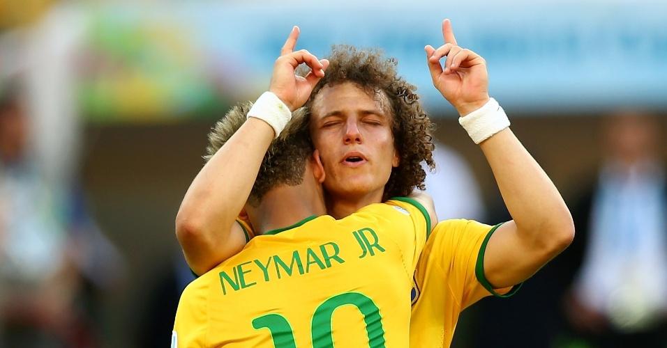 25.jun.2014 - Neymar e David Luiz, visivelmente emocionados, se abraçam no fim da disputa de pênaltis