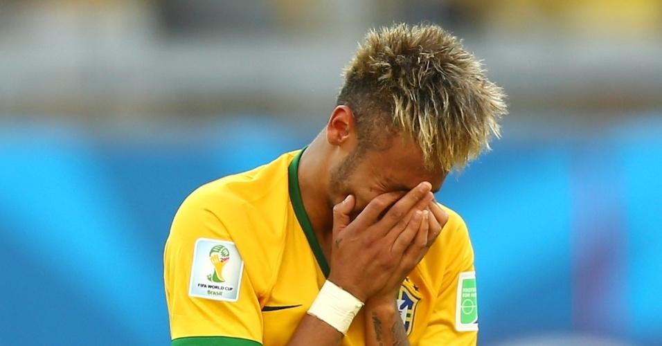25.jun.2014 - Neymar não conteve o choro após difícil classificação