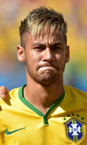25.jun.2014 - Neymar se emociona antes do jogo, enquanto os jogadores estão perfilados para ouvir o hino