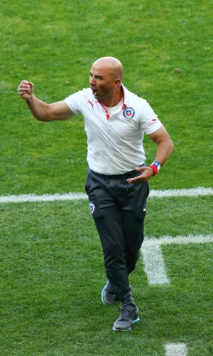 25.jun.2014 - Técnico chileno Jorge Sampaoli comemora gol do Chile