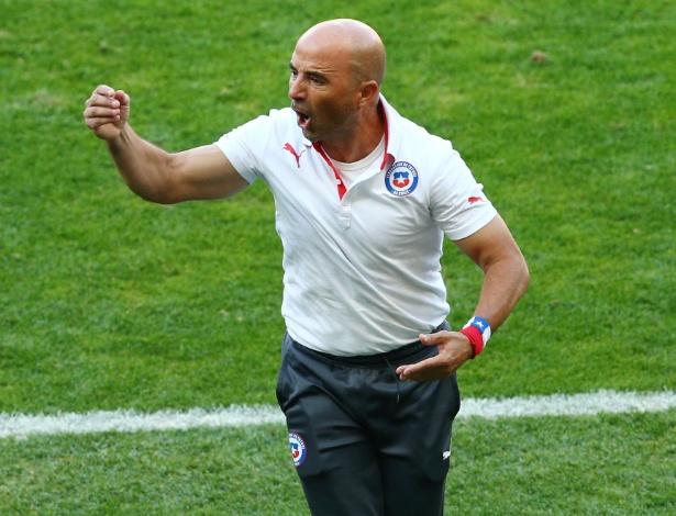 25.jun.2014 - Técnico chileno Jorge Sampaoli comemora gol do Chile
