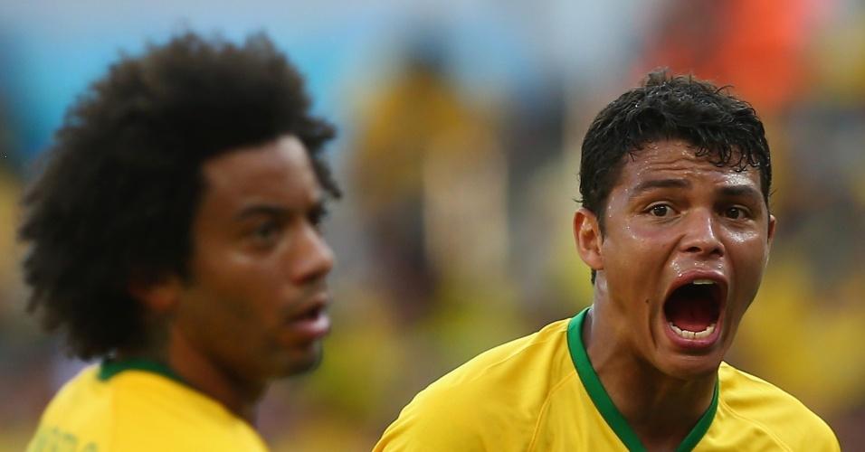 25.jun.2014 - Thiago Silva grita durante a partida difícil entre Brasil e Chile, que terminou empatada. Marcelo observa