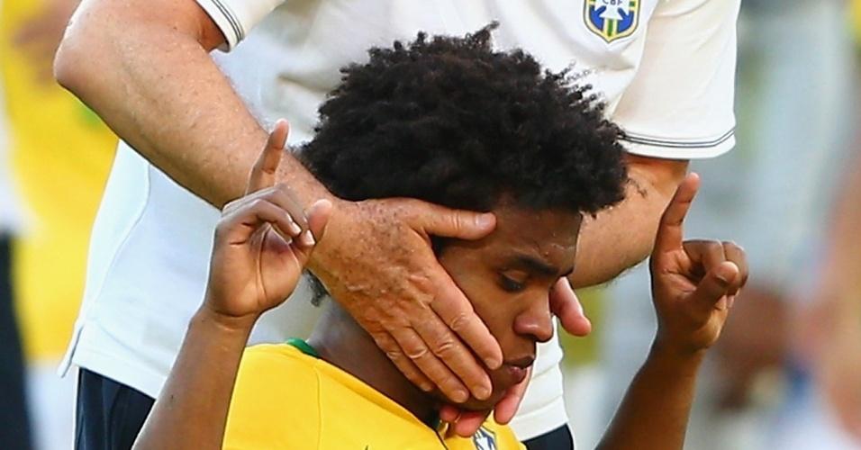 25.jun.2014 - Willian faz oração após a vitória e é afagado por Felipão. O jogador perdeu um pênalti