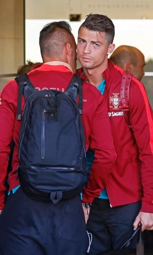 28. jun. 2014 - Com olho roxo, Cristiano Ronaldo desembarca no Aeroporto de Lisboa com a seleção de Portugal