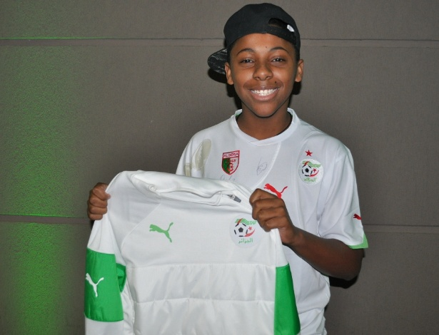 Yuri Trindade ostenta presentes ganhos de jogadores da Argélia e sonha em ser jogador profissional