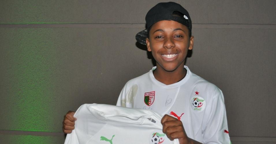 28 JUN 2014 - Yuri Trindade ostenta presentes ganhos de jogadores da Argélia