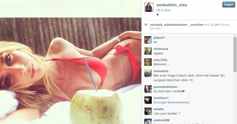 28.06.2014 - Ann Kathrin é mulher de Gotze e está curtindo muito a água de coco no Brasil