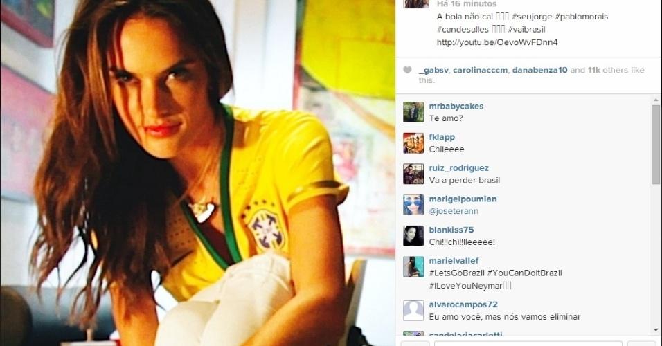 28.jun.2014 - A modelo Alessandra Ambrósio mostra sua torcida pelo Brasil contra o Chile