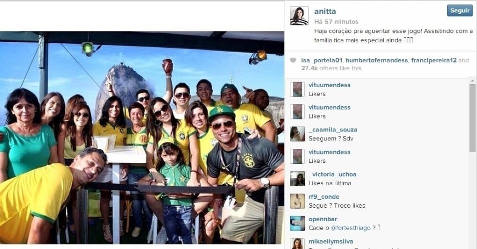 """28.jun.2014 - Cantora Anitta posta foto assistindo ao jogo da seleção com sua família. """"Haja coração"""", escreveu"""