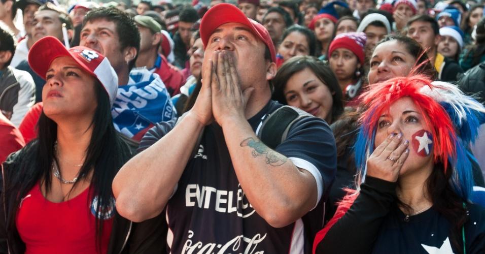 28.jun.2014 - Chilenos ficam apreensivos em Santiago durante cobranças de pênaltis contra o Brasil, pelas oitavas da Copa