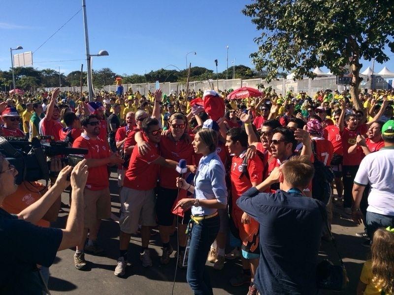 28.jun.2014 - Chilenos também chegam ao Mineirão para a partida contra o Brasil