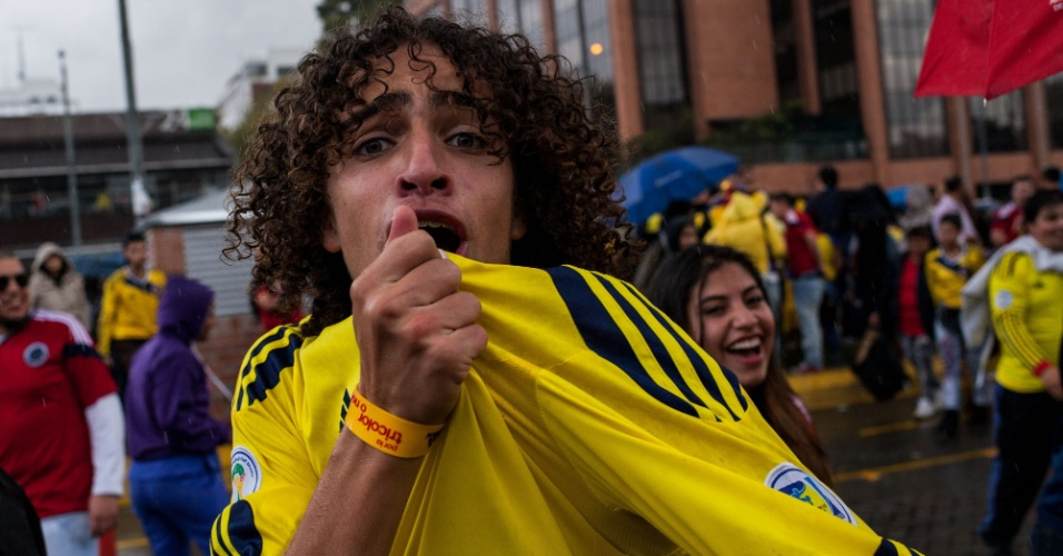 28.jun.2014 - Colombiano beija camisa da seleção em Bogotá após classificação inédita para as quartas de final da Copa do Mundo