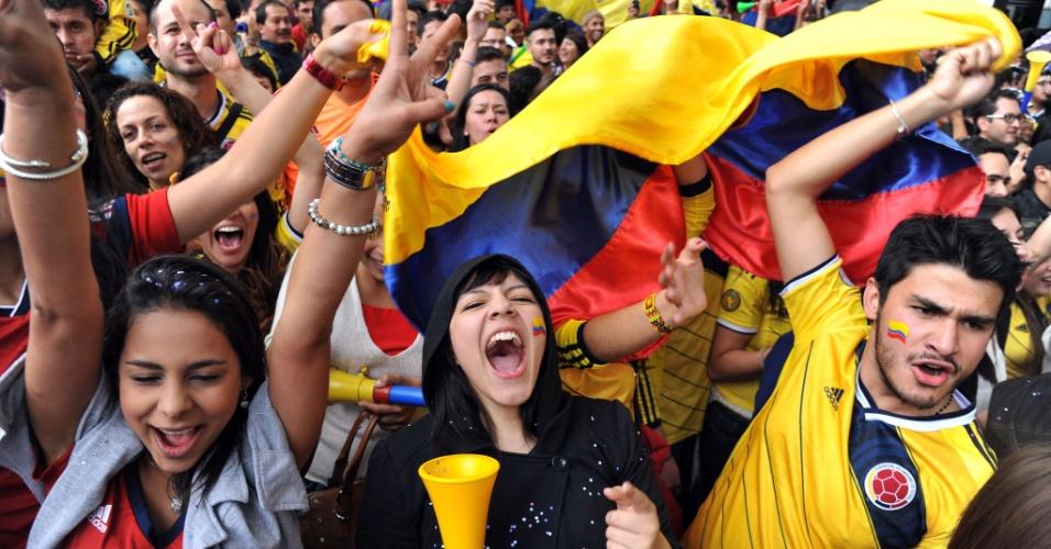 28.jun.2014 - Colombianos vibram em Bogotá com gol durante vitória por 2 a 0 sobre o Uruguai pelas oitavas de final da Copa do Mundo