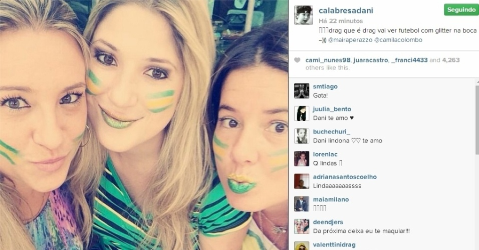 28.jun.2014 - Dani Calabresa posa ao lado de amigas na torcida pelo Brasil contra o Chile pelas oitavas