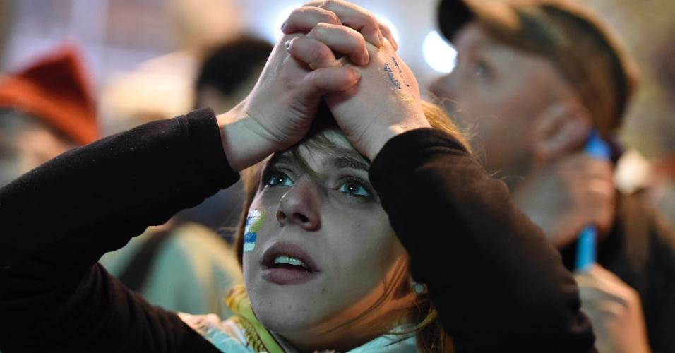 28.jun.2014 - Em Montevidéu, torcedora uruguaia leva as mãos à cabeça durante derrota para a Colômbia na Copa do Mundo