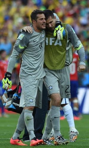 28.jun.2014 - Goleiros Júlio César e Victor se abraçam após vitória brasileira contra o Chile nas cobranças de pênaltis