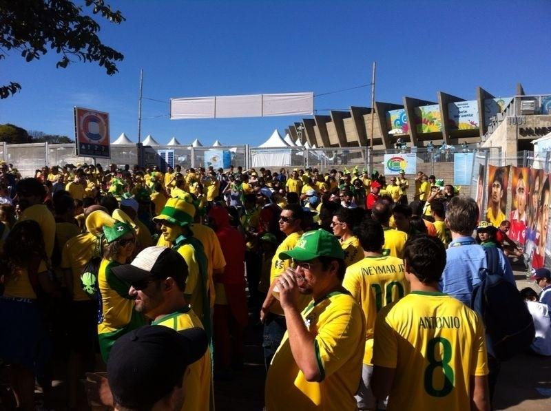28.jun.2014 - Torcedores brasileiros começam a chegar no Mineirão para a partida de oitavas de final da Copa do Mundo contra o Chile