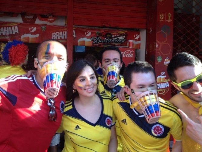 Torcedores da Colômbia usam proteção na boca para provocar uruguaios antes de partida pelas oitavas de final da Copa