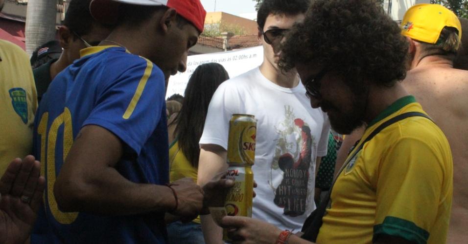 Ambulante que conseguiu furar bloqueio policial na Vila Madalena negocia cerveja com torcedores