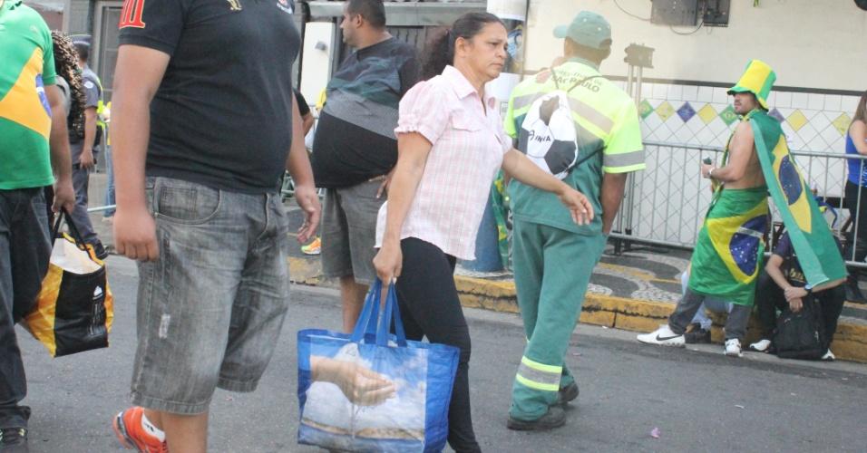Ambulantes conseguem furar bloqueio policial na Vila Madalena durante jogo da seleção brasileira