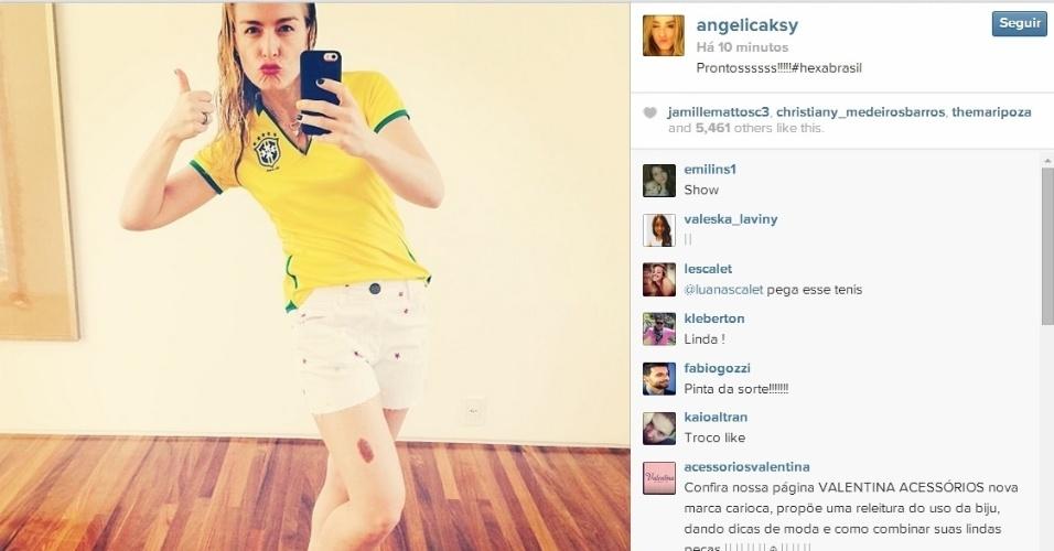 Angélica mostra sua torcida para o Brasil antes da partida contra o Chile