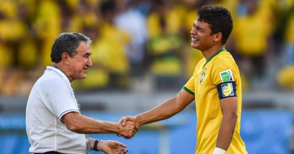 Após a vitória nos pênaltis contra o Chile, Parreira foi abraçar o capitão Thiago Silva em prantos