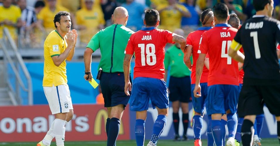 Árbitro Howard Webb prepara o cartão amarelo para Hulk, após anular gol do jogador por lance irregular