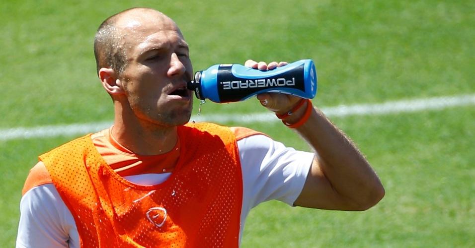 Arjen Robben se refresca durante treino da Holanda em Fortaleza. Seleção laranja encara o México neste domingo