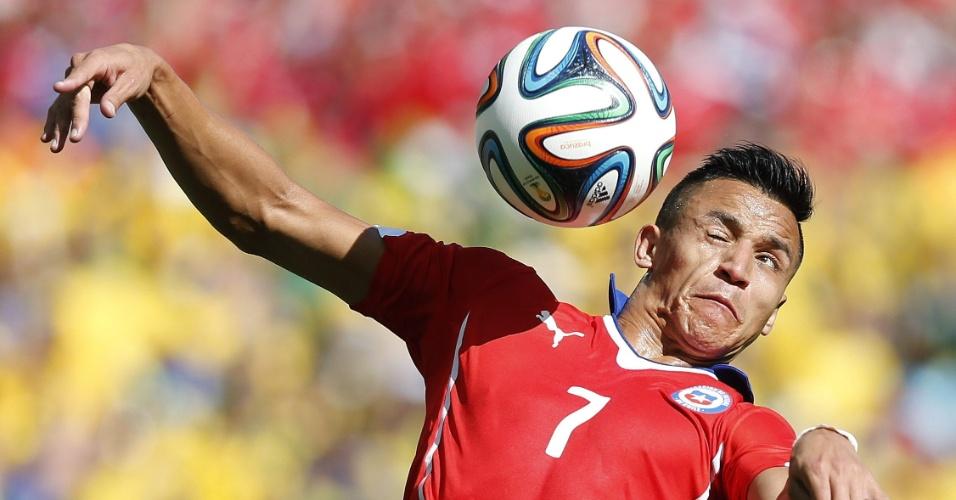 Atacante chileno Alexis Sánchez tenta a cabeçada e acaba sendo clicado com expressão facial deformada