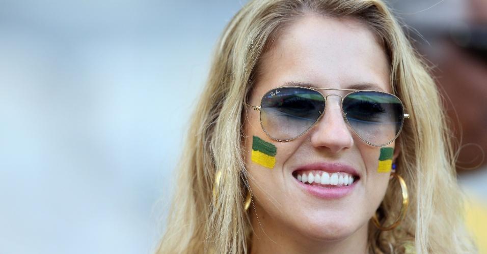 Bela torcedora aguarda o início do jogo entre Brasil e Chile no Mineirão