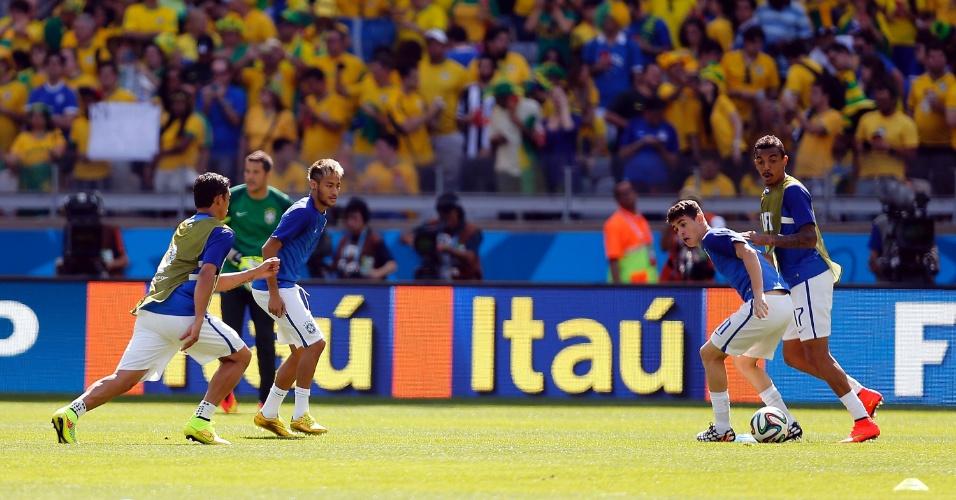 Brasileiros participam de atividade no aquecimento do jogo contra o Chile, no Mineirão