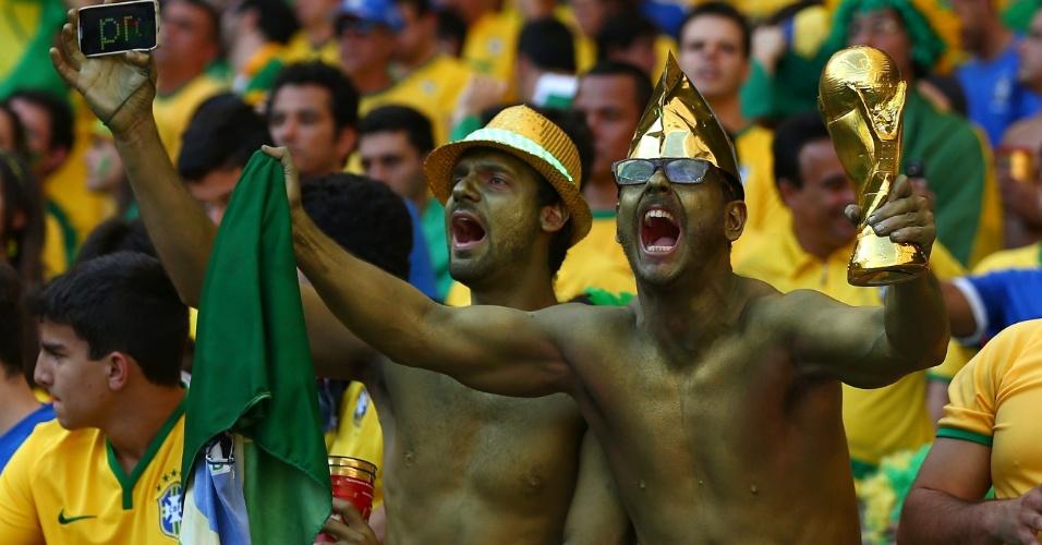 Brasileiros se pintam de dourado na partida contra o Chile no Mineirão