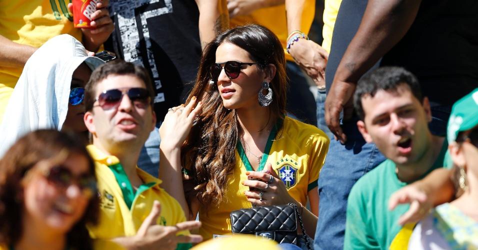 Bruna Marquezine, namorada de Neymar, está presente no Mineirão para assistir à Chile e Brasil