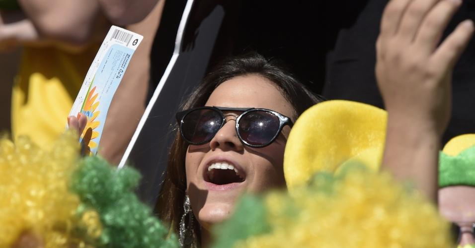 Bruna Marquezine, namorada de Neymar, se diverte antes da partida entre Brasil e Chile no Mineirão
