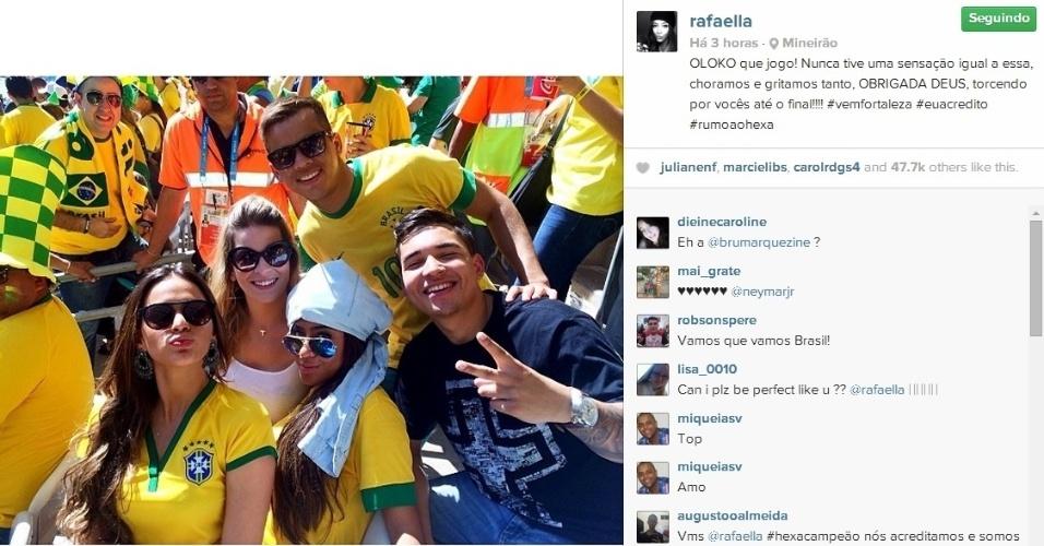 Bruna Marquezine posa para foto com amigos e irmã de Neymar no Mineirão