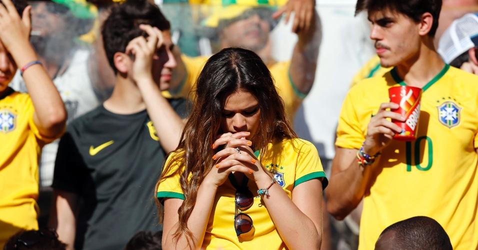Bruna Marquezine reza durante a partida entre Brasil e Chile pela Copa do Mundo