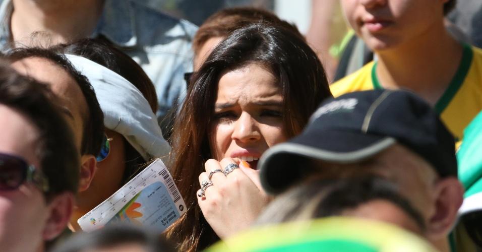 Bruna Marquezine sofre com Brasil em campo contra o Chile nas oitavas