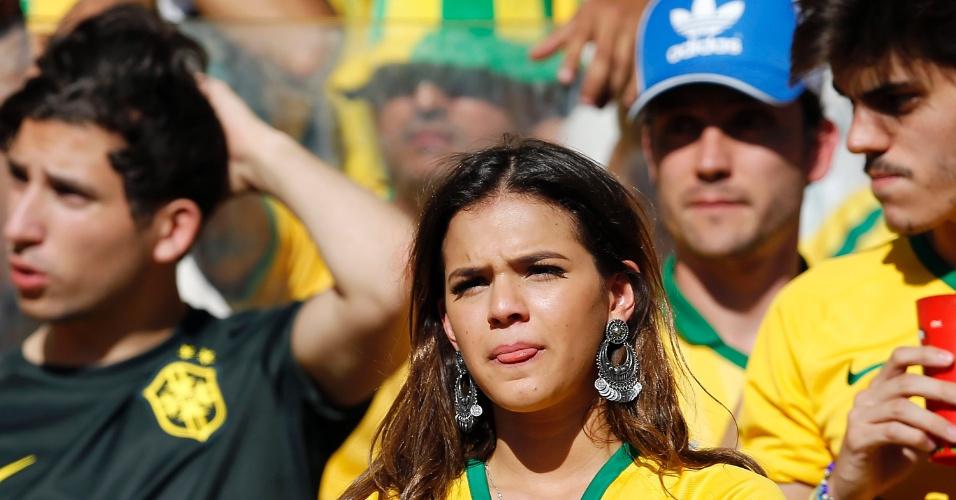 Bruna Marquezine sofre durante a partida entre Brasil e Chile pelas oitavas da Copa