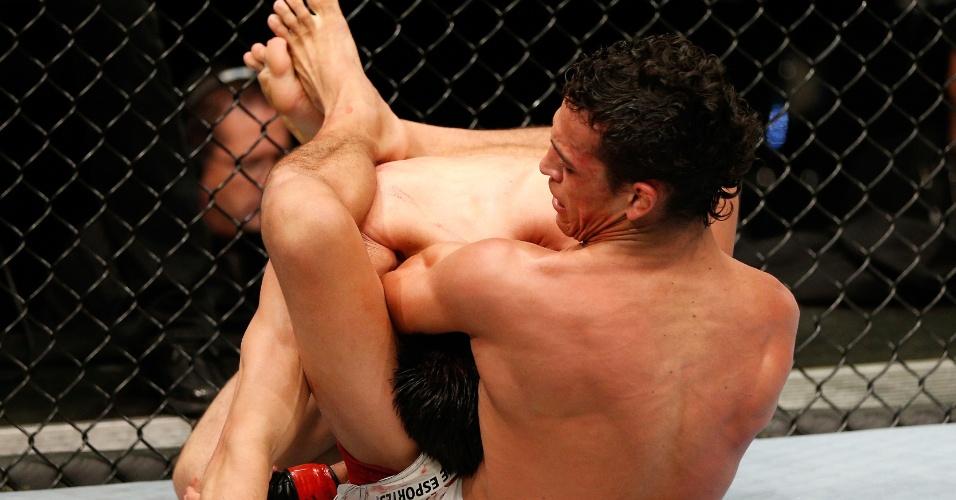 Charles Oliveira finalizou o japonês Hatsu Hioki no UFC Nova Zelândia