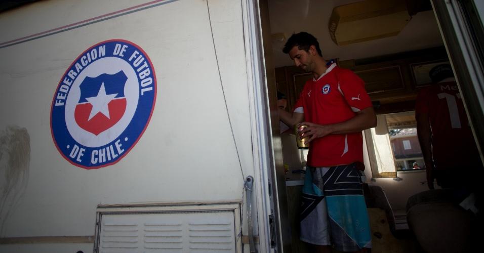 Chileno Alfonso Cuadra, de 26 anos, pega cerveja em van estacionada no Parque Lagoa do Nado, em Belo Horizonte, onde torcedores estão acampados