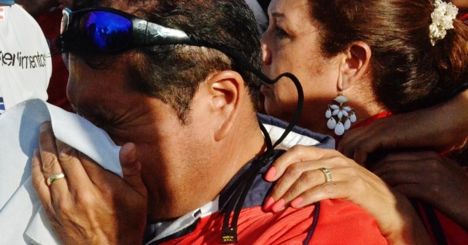 Chileno Daniel Árias chora na bandeira do país eliminação para o Brasil nos pênaltis, na Fan Fest de Salvador