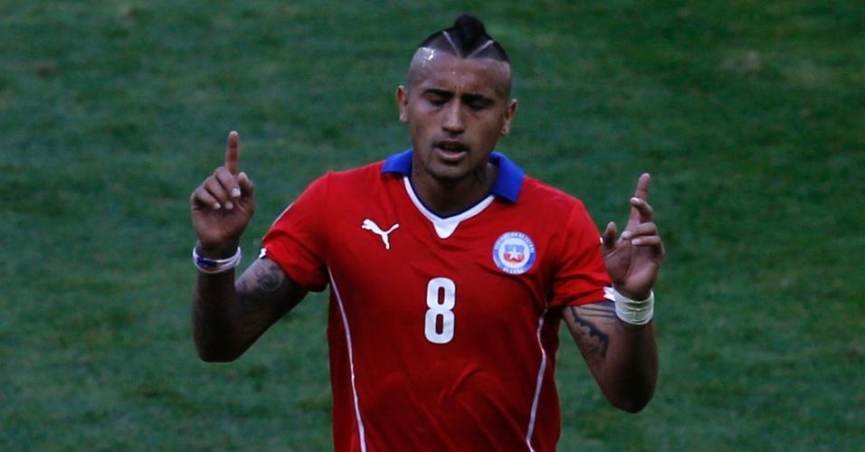 Chileno Vidal, que era dúvida antes do jogo, deixa o gramado do Mineirão após ser substituído contra o Brasil