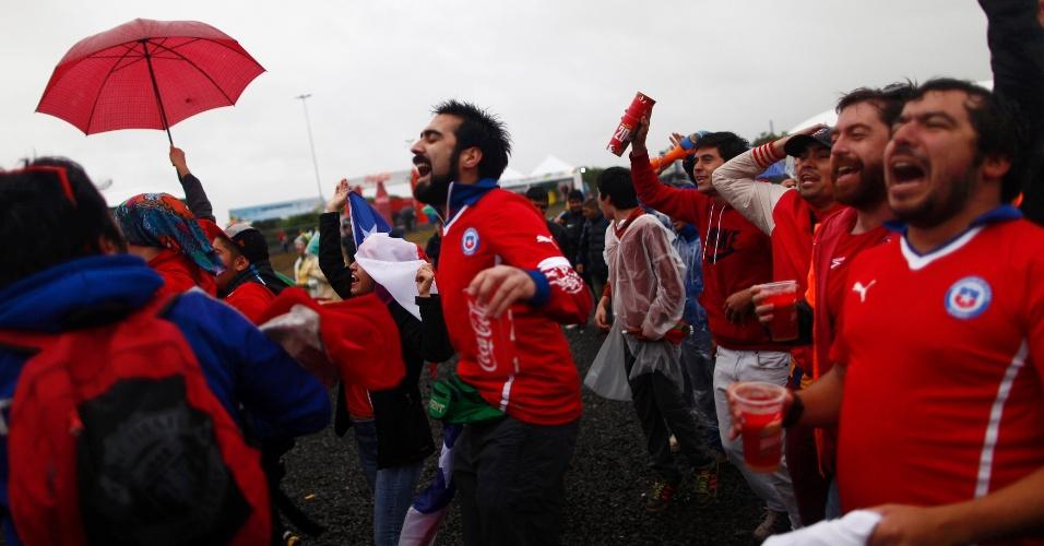 Chilenos comemoram gol contra o Brasil em Fan Fest de Porto Alegre